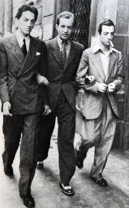 """Federico FELLINI, Rinaldo GELENG e Ruggero MACCARI – all'uscita dalla redazione del """"MARCO AURELIO"""" – Roma 1939."""